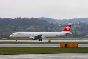 Swiss mit einem A321 auf dem Flughafen Zürich, der Airbus befindet sich auf dem Weg vom Terminal zum runway ...