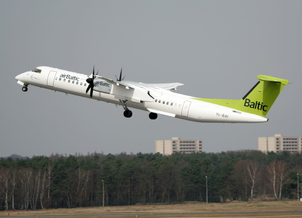 Air Baltic De Havilland Canada DHC-8-402Q YL-BAI beim Start in Berlin-Tegel am 03.04.2011