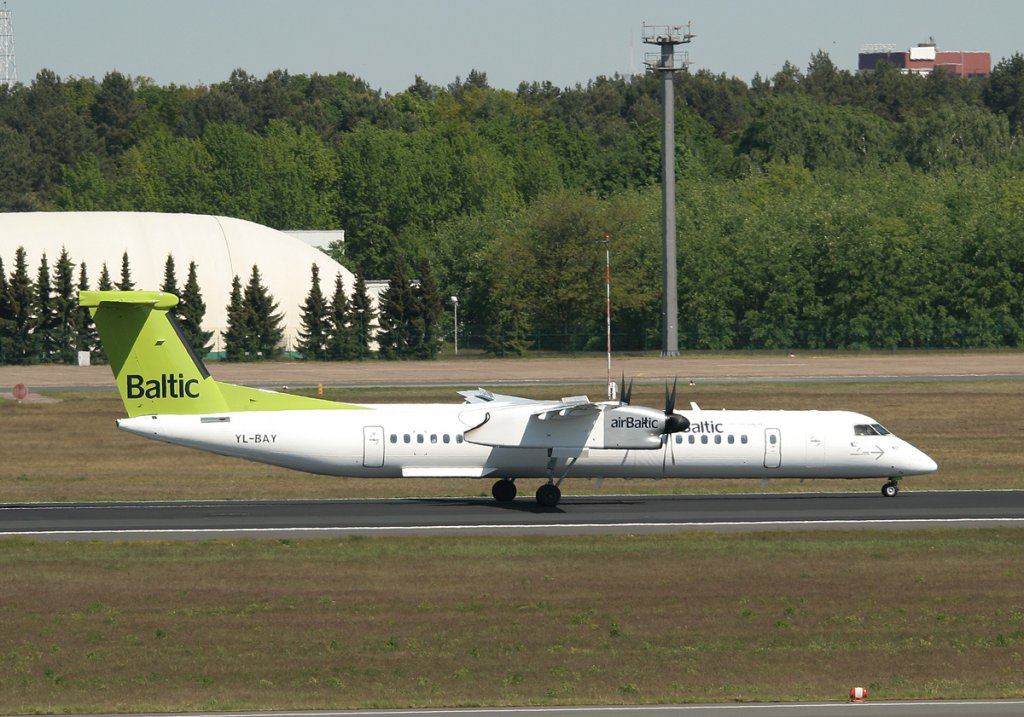 Air Baltic De Havilland Canada DHC-8-402Q YL-BAY nach der Landung in Berlin-Tegel am 08.05.2011