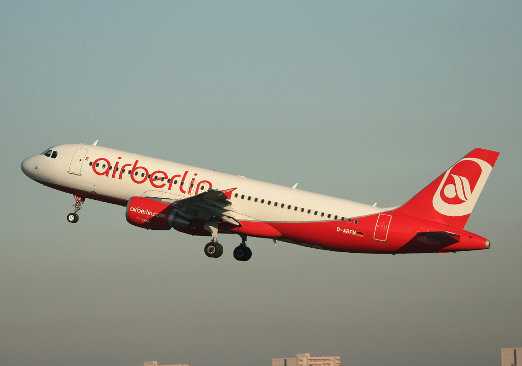 Air Berlin A 320-214 D-ABFM beim Start in Berlin-Tegel am 15.10.2011