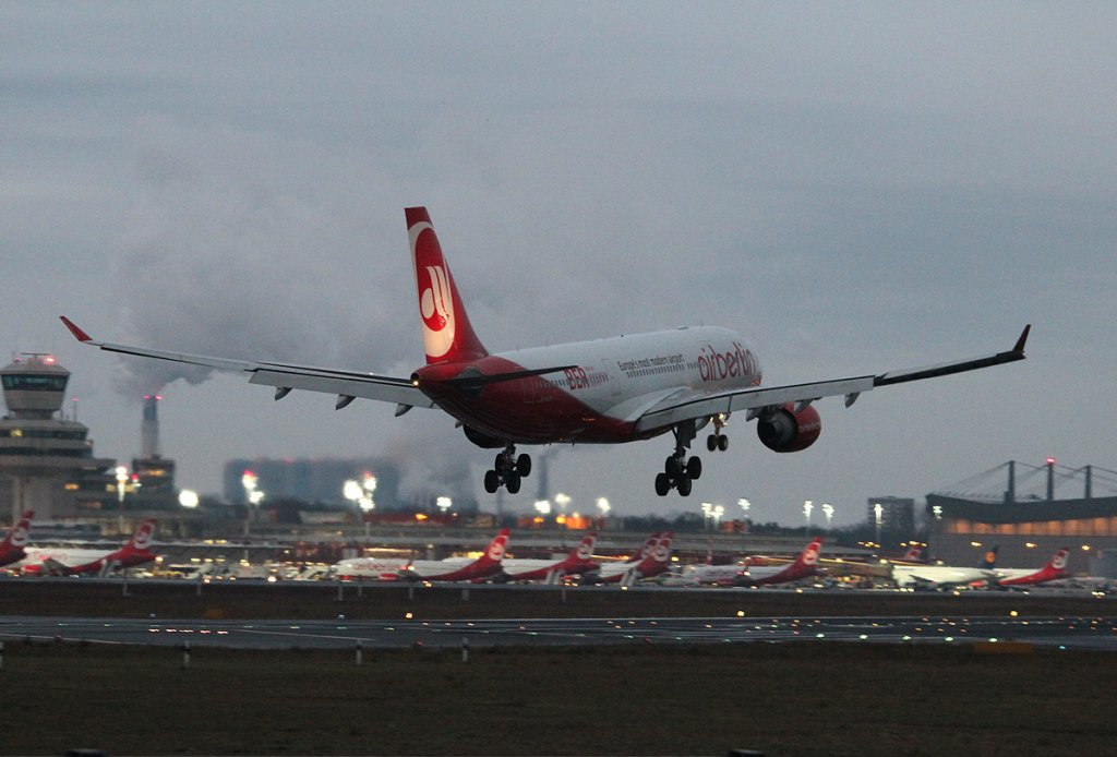 Air Berlin A 330-223 D-ALPI bei der Landung in Berlin-Tegel am 01.12.2012
