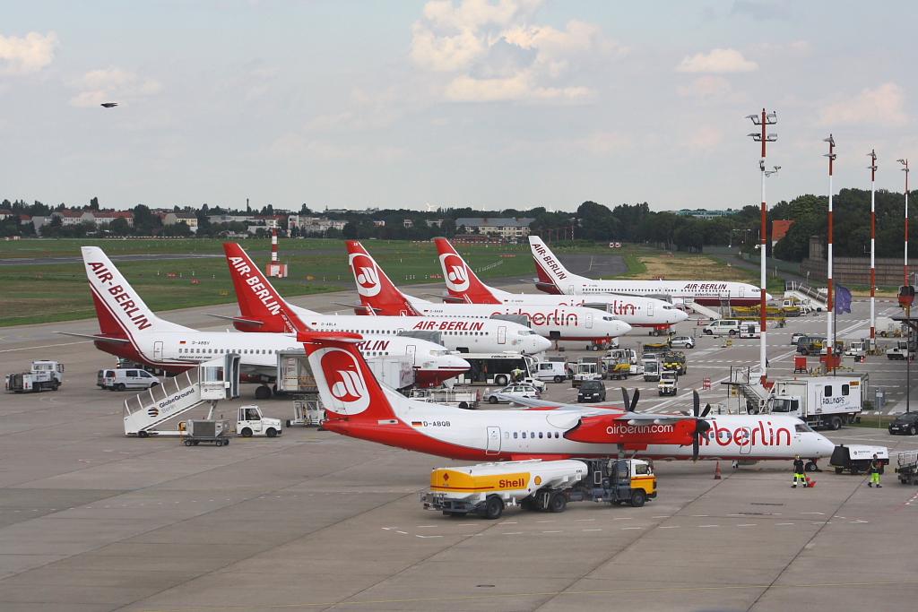 air berlin jets in berlin tegel vor dem terminal c am 19