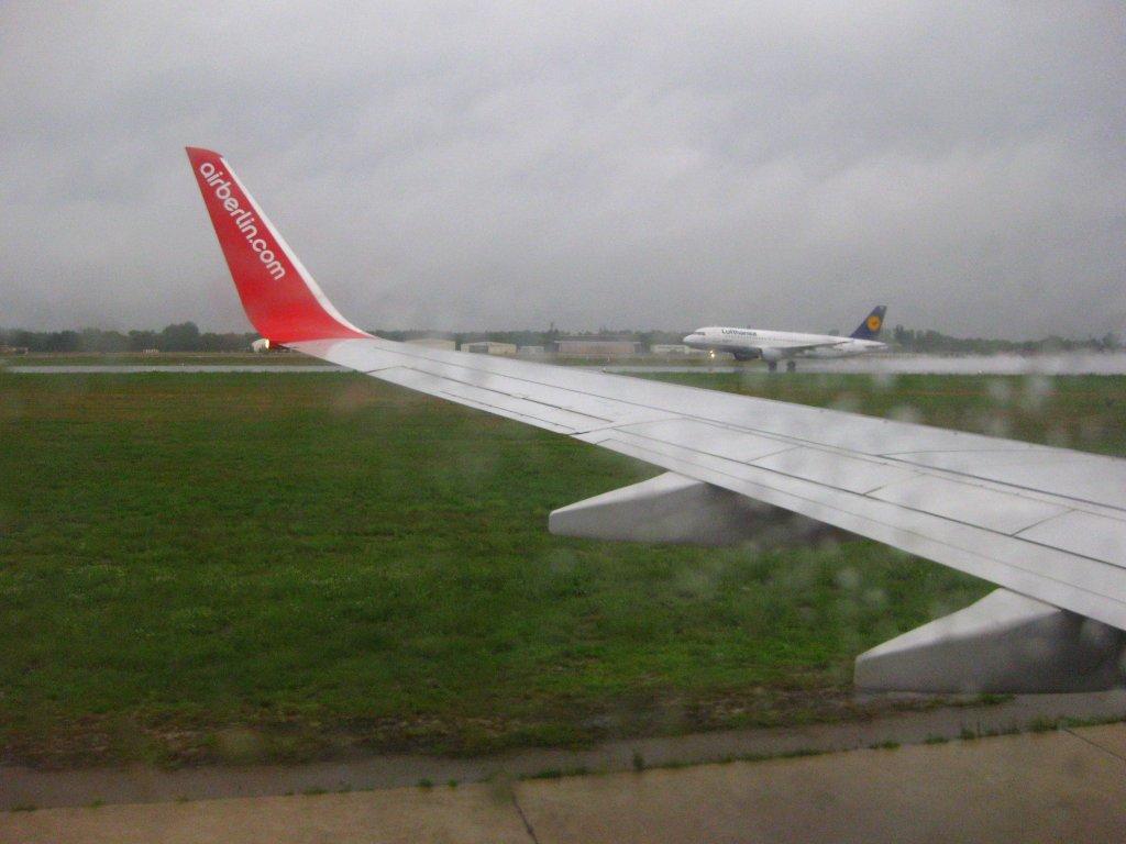 Dusche Fenster Im Weg : weg, kommt auch schon die andere: Im Hintergrund startet ein Lufthansa