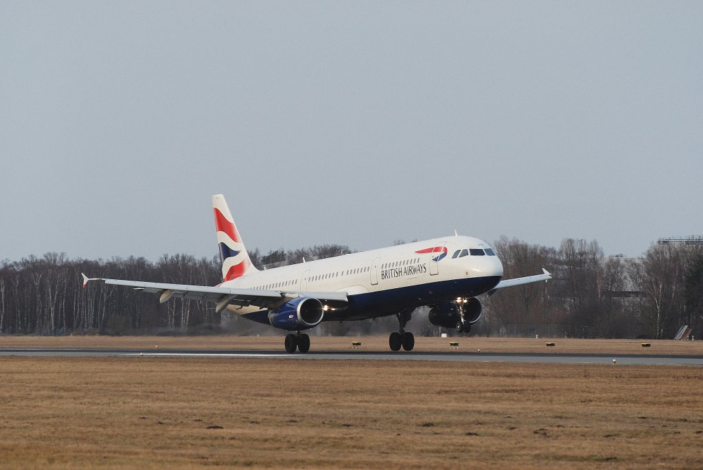 Ein Airbus A321 der British Airways bei der Landung in Hamburg Fuhlsbüttel am 12.03.11