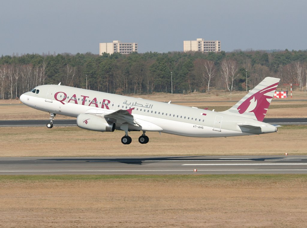 Qatar Airways A 320-232 A7-AHS beim Start in Berlin-Tegel am 25.03.2012
