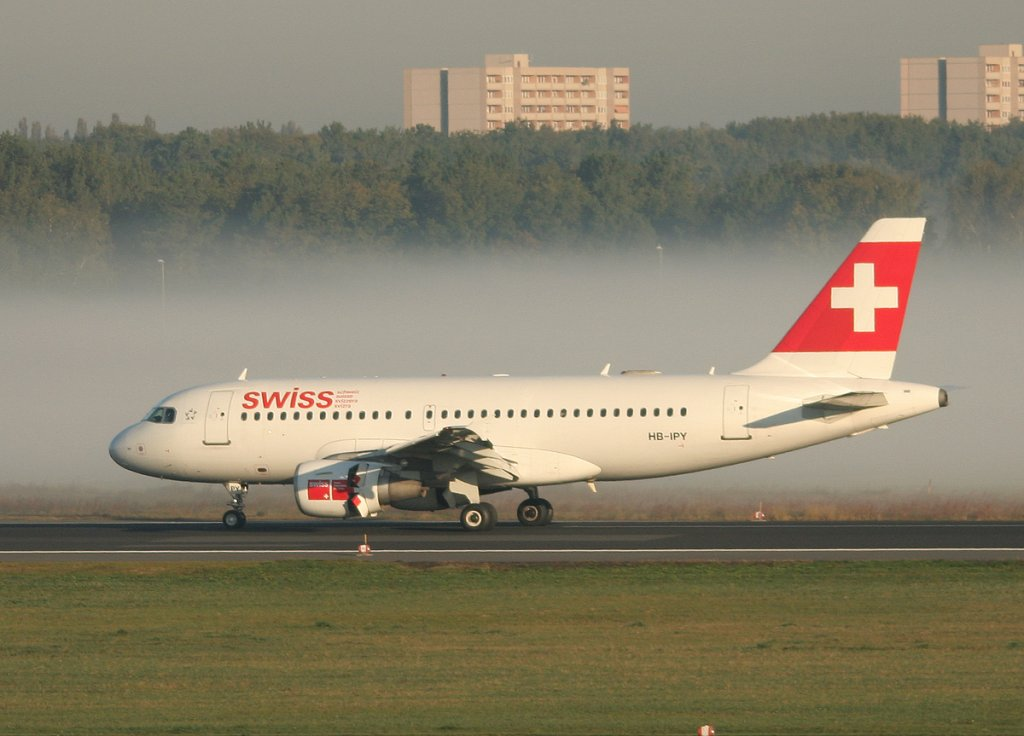 Swiss A 319-112 HB-IPY nach der Landung in Berlin-Tegel am 15.10.2011