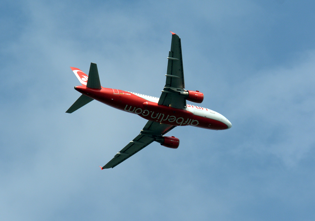 A 319-112 D-ABGN der Air Berlin, Steigflug nach dem Start in DUS - 04.09.2014