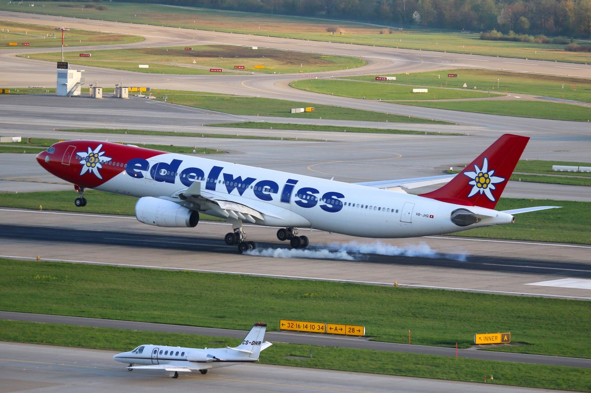 A Captain/CEO landing - Karl Kistler - brings the Bird down on RWY28. Edelweiss Air Airbus A330-300  HB-JHQ in ZRH. 09.04.2014