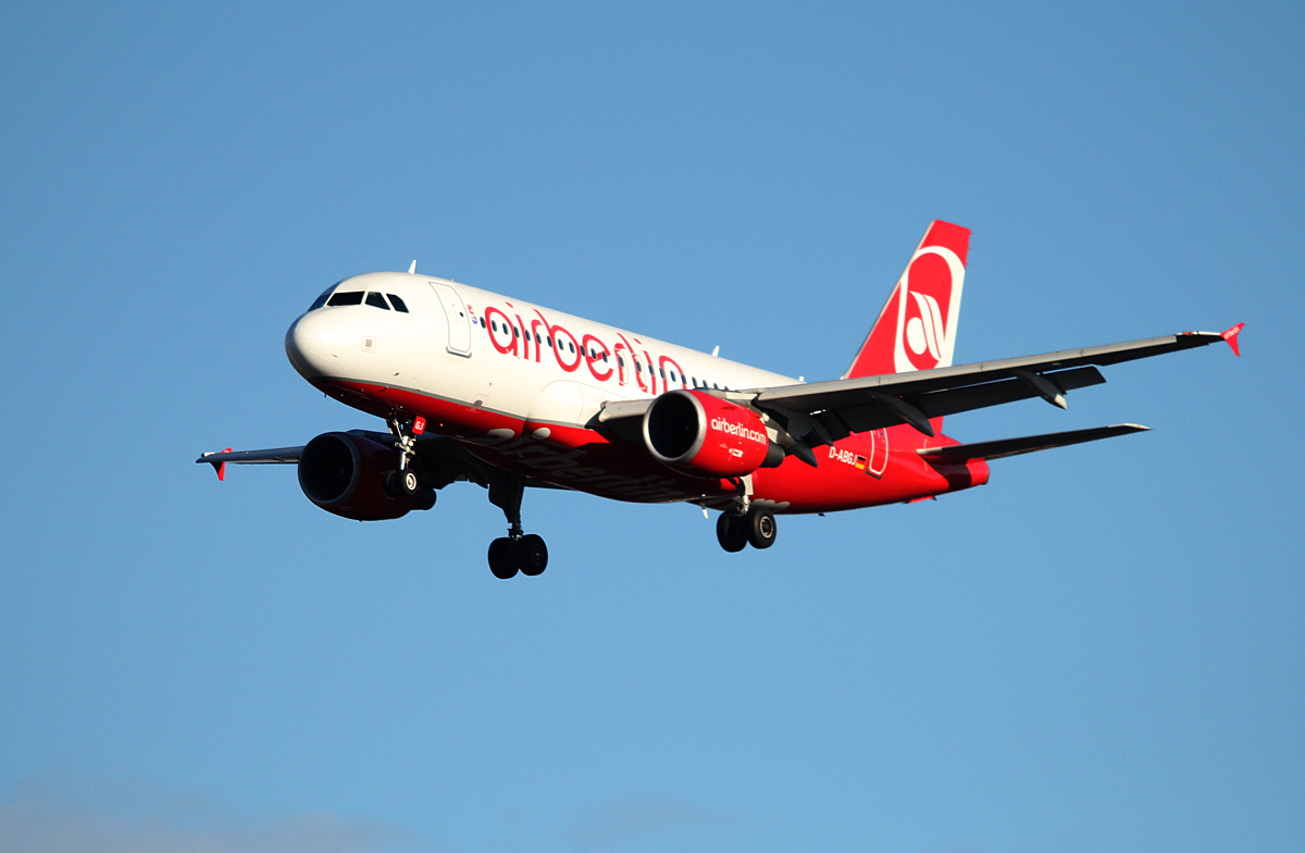 Air Berlin A 319-112 D-ABGJ bei der Landung in Berlin-Tegel am 11.01.2014