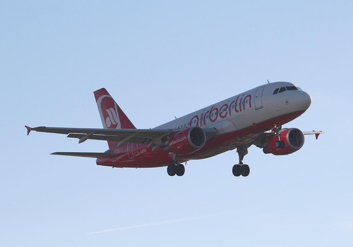 Air Berlin A 319-112 D-ABGK bei der Landung in Berlin-Tegel am 31.10.2013