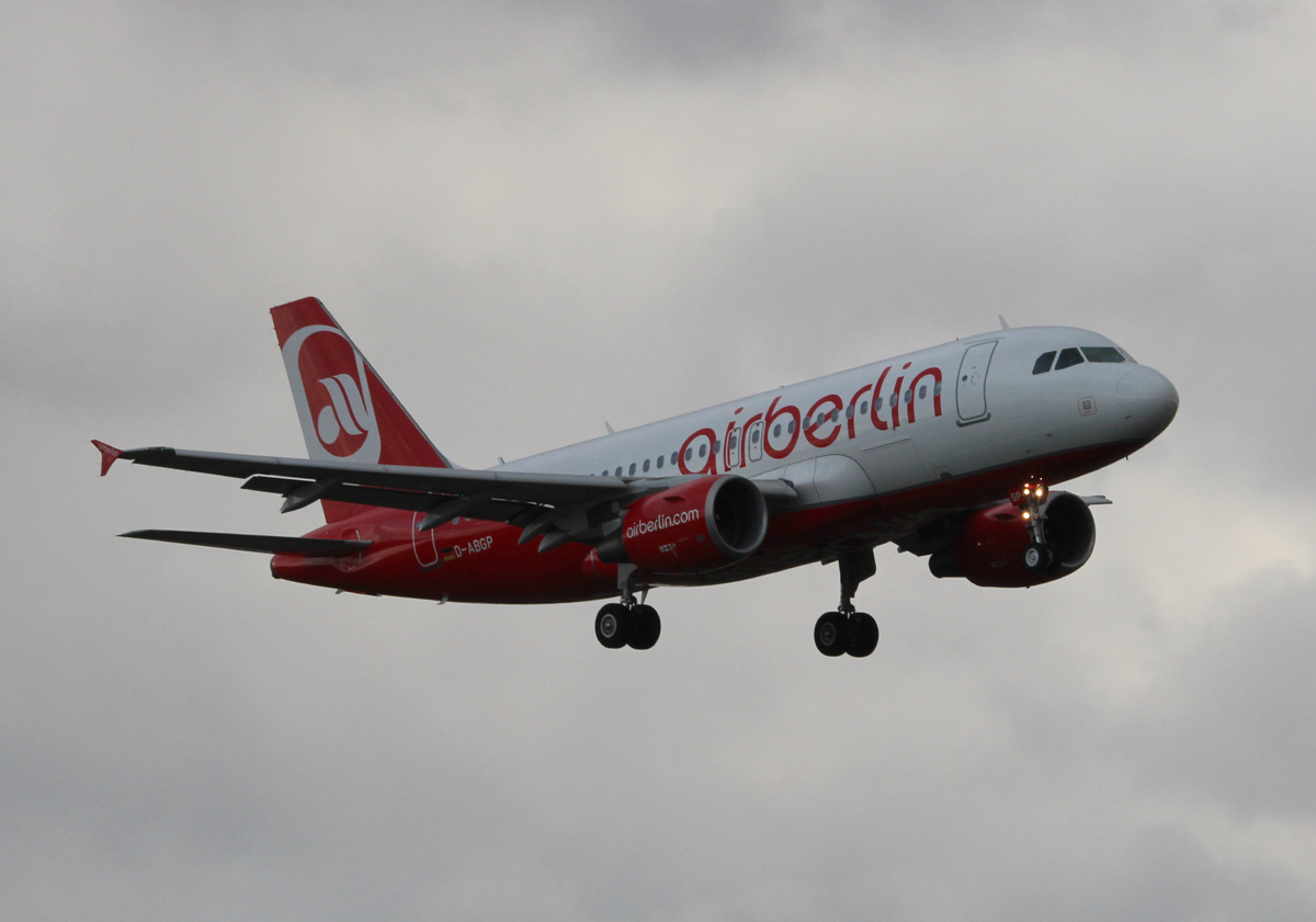Air Berlin A 319-112 D-ABGP bei der Landung in Berlin-Tegel am 09.11.2013