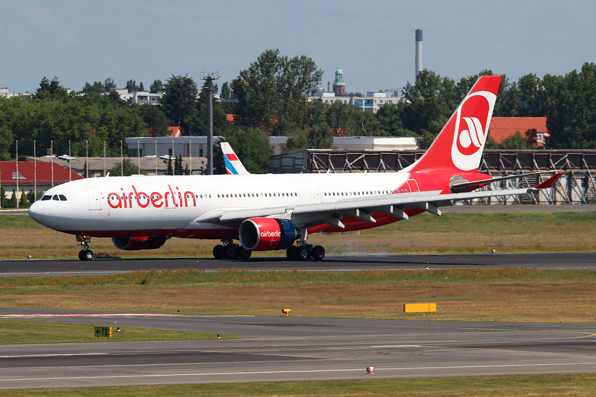 Air Berlin A 330-223 D-ALPB nach der Landung in Berlin-Tegel am 06.07.2013