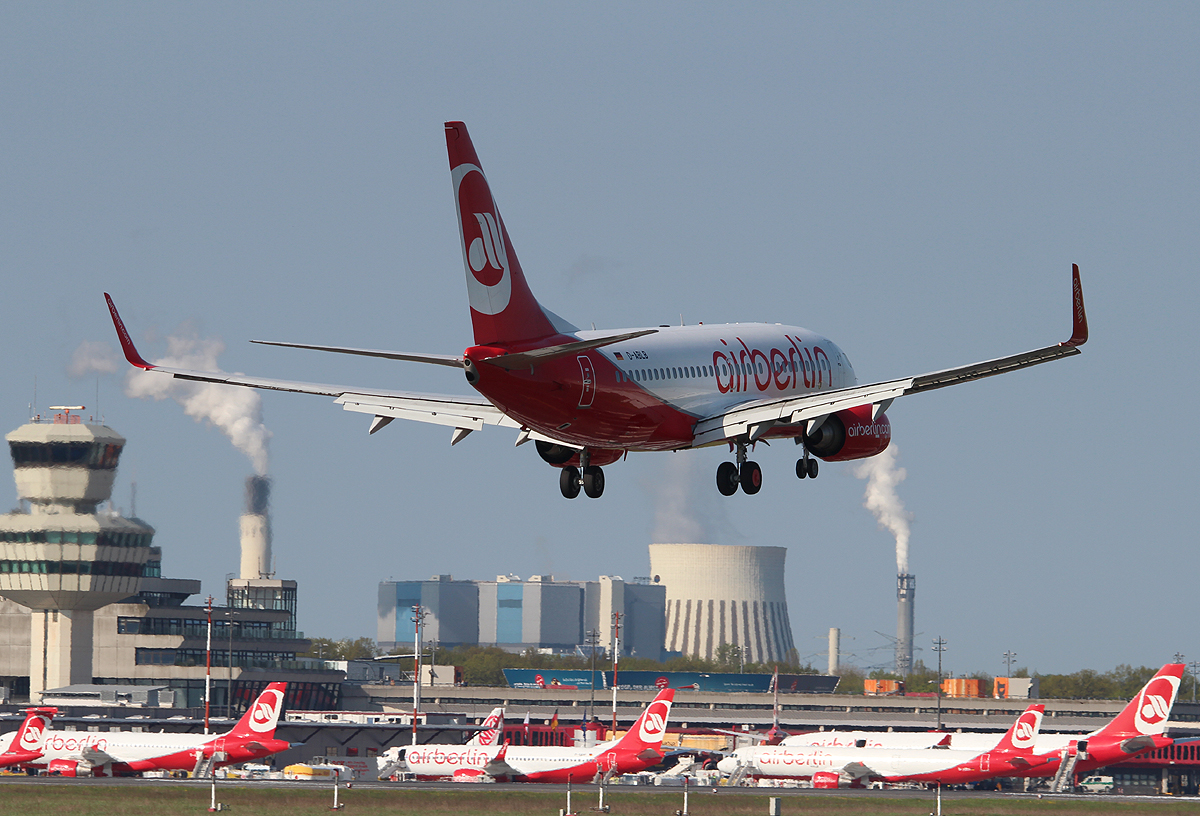 Air Berlin B 737-76J D-ABLB bei der Landung in Berlin-Tegel am 05.05.2013