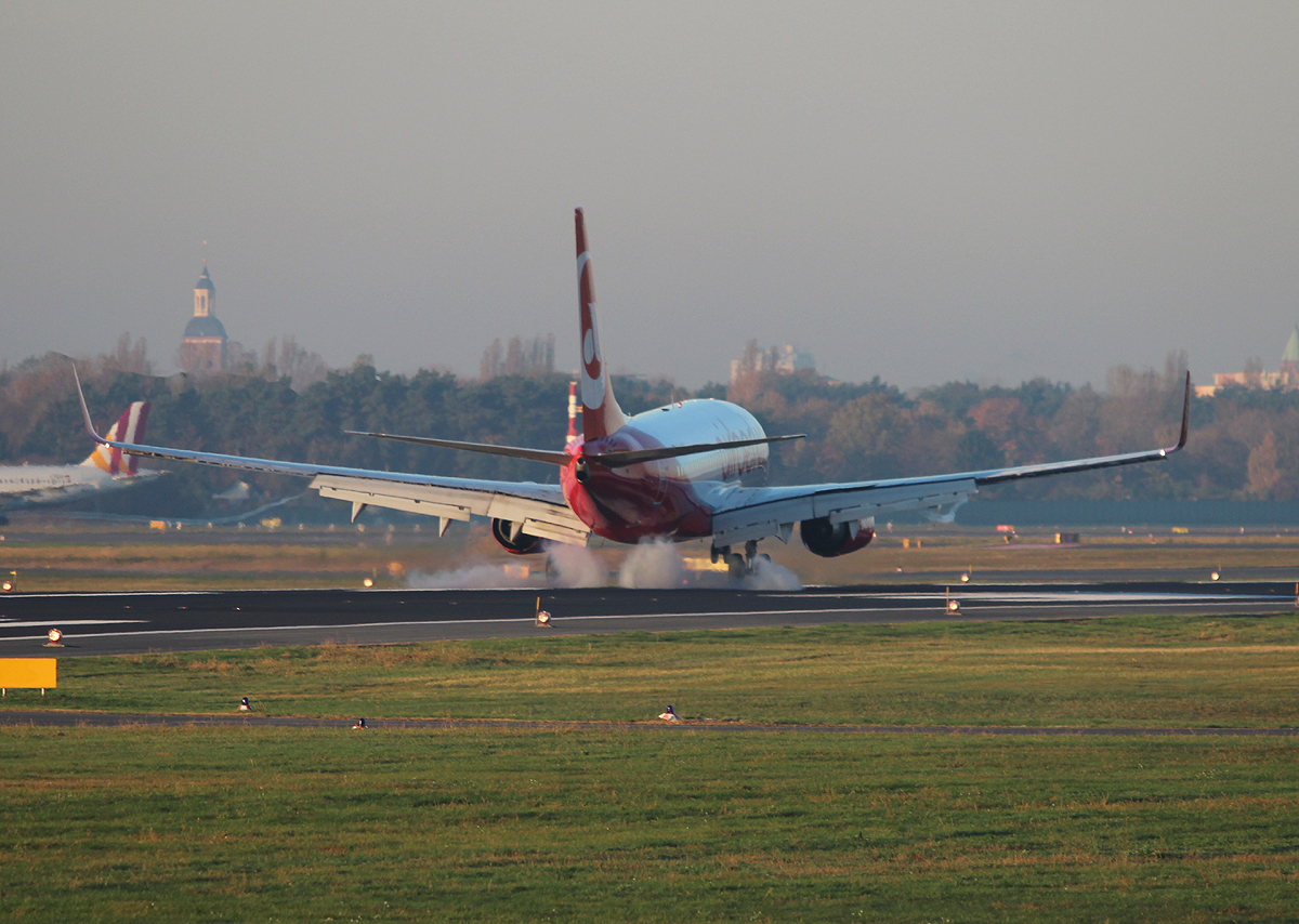 Air Berlin B 737-7K5 D-AHXC bei der Landung in Berlin-Tegel am 31.10.2013