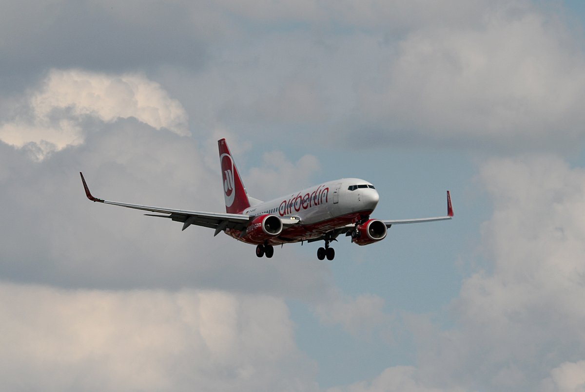Air Berlin B 737-7K5 D-AHXE bei der Landung in Berlin-Tegel am 09.05.2014