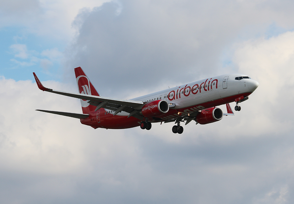 Air Berlin B 737-808 D-ABBX bei der Landung in Berlin-Tegel am 04.09.2013