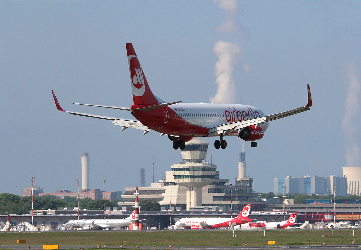 Air Berlin B 737-86J D-ABKW bei der Landung in Berlin-Tegel am 19.05.2013