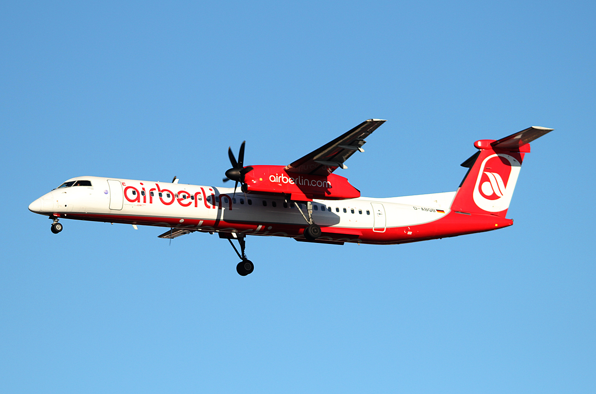 Air Berlin DHC-8-402Q D-ABQB bei der Landung in Berlin-Tegel am 11.01.2014