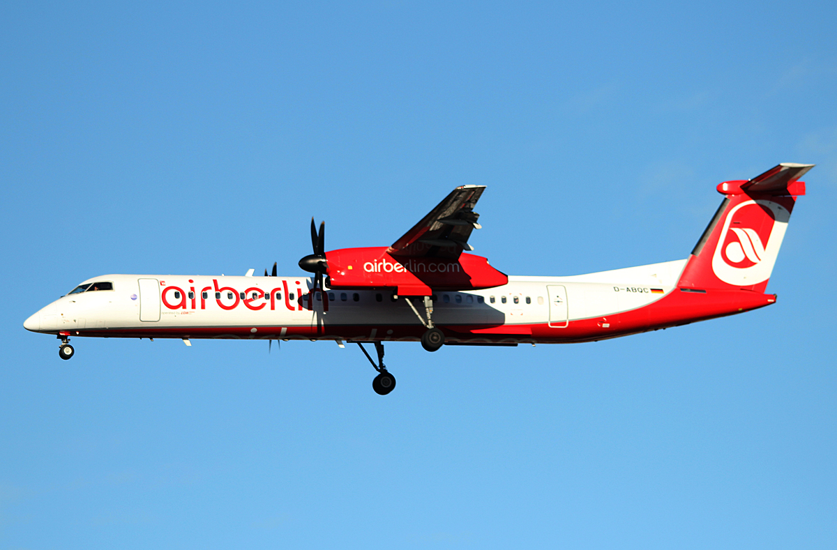 Air Berlin DHC-8-402Q D-ABQC bei der Landung in Berlin-Tegel am 11.01.2014