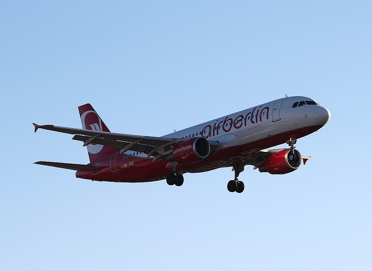 Air Berlin(Belair) A 320-214 HB-JOZ bei der Landung in Berlin-Tegel am 30.12.2013