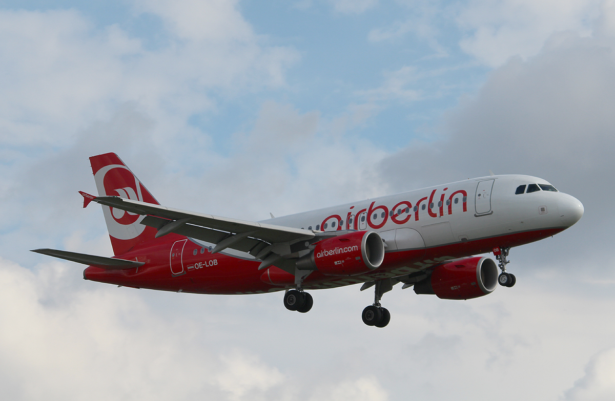 Air Berlin(Niki) A 319-112 OE-LOB bei der Landung in Berlin-Tegel am 04.09.2013