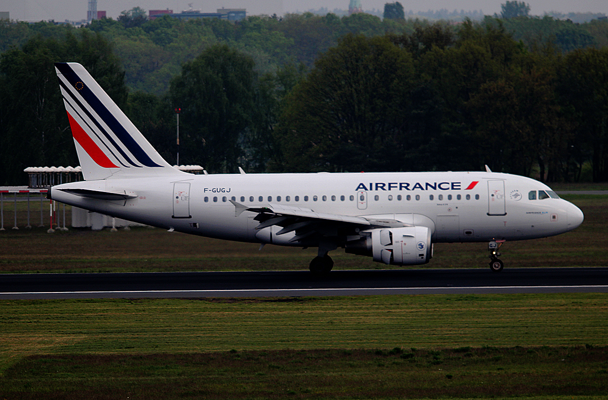 Air France A 318-111 F-GUGJ nach der Landung in Berlin-Tegel am 27.04.2014