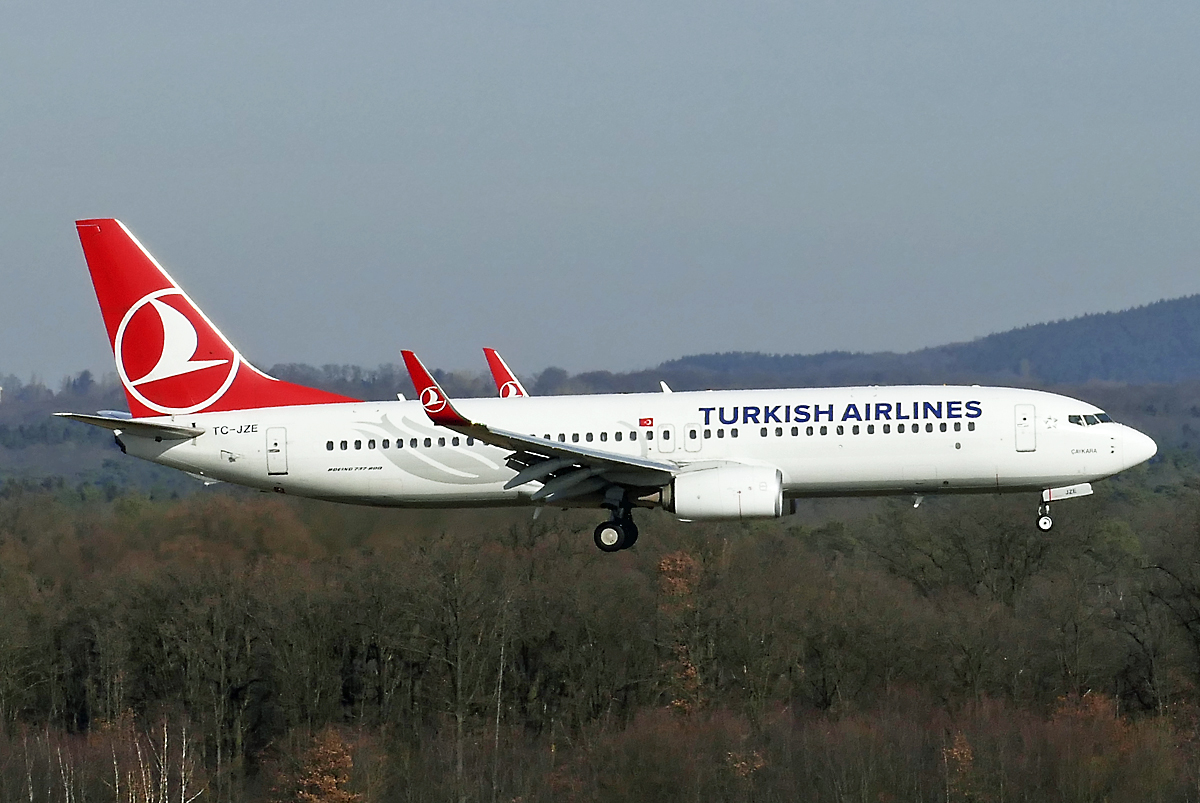 B 737-800 Turkish Airlines, TC-JZE, short final CGN - 17.02.2019