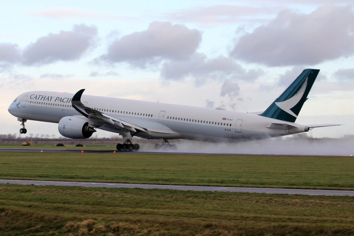 Cathay Pacific Airbus A350-1041 B-LXC beim Start in Amsterdam 3.1.2019
