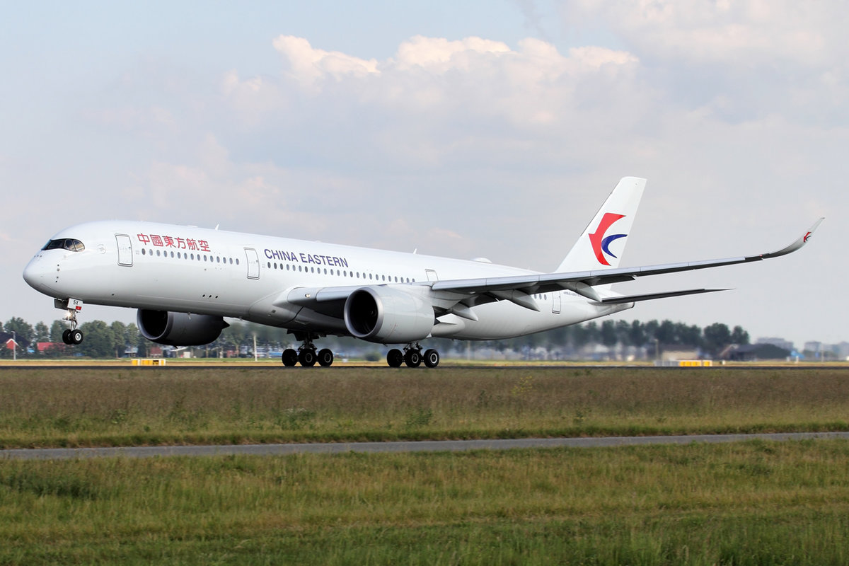 China Eastern Airlines Airbus A350-941 B-305X beim Start in Amsterdam 13.6.2020