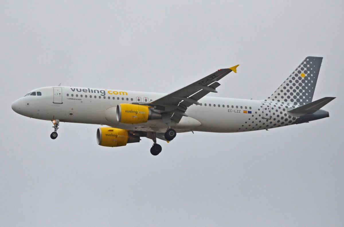 EC-LZZ Vueling Airbus A320-214   am 09.02.2015 in Tegel beim Anflug