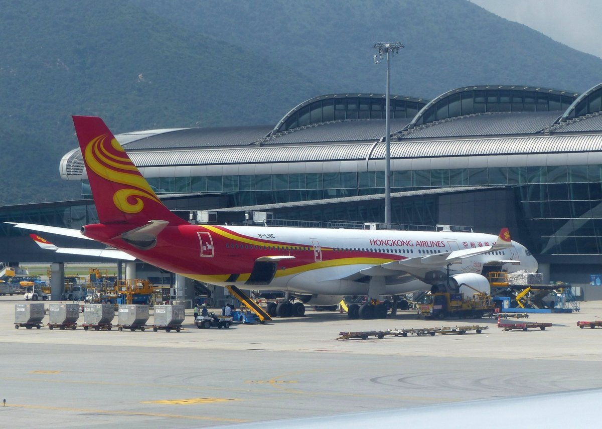 Hongkong Airlines, Airbus A 330-223, B-LNE am Gate in Hong Kong (HKG) am 12.9.2019