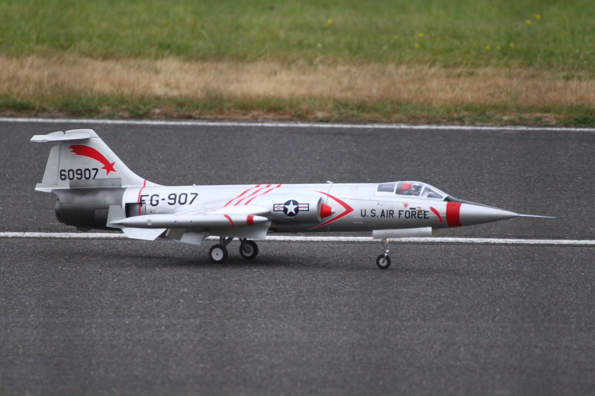 Jetmodell F-104C Starfighter mit der Kennung FG-907 der 434 Tactical Fighter Squadron, USAF, auf der JetPower-Messe 2016 auf dem Flugplatz Bengener Heide in Bad Neuenahr-Ahrweiler. Aufnahmedatum: 17.09.2016