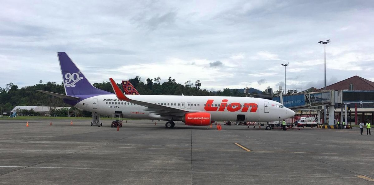 Lion Air, Boeing 737-8PG (WL), PK-LKV am Gate in Pattimura (AMQ) am 22.10.2019