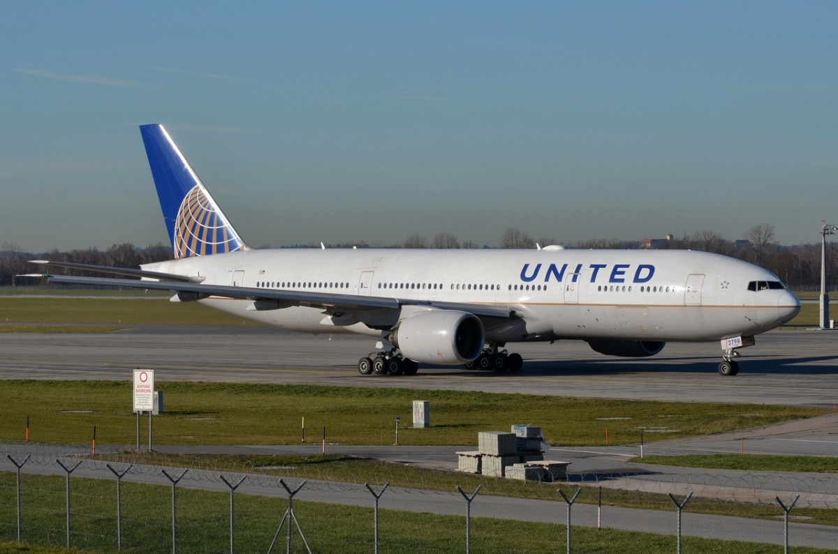 N798UA United Airlines Boeing 777-222(ER)  in München am 07.12.2015 zum Start