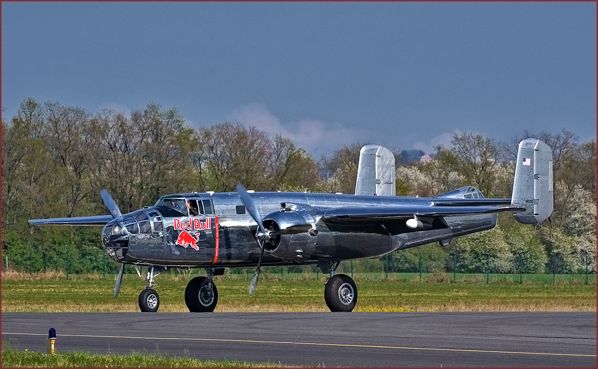 Red Bull N6123C, North American B-25 Mitchell, Flying Bulls Training Camp auf Maribor Flughafen MBX. /5.4.2017