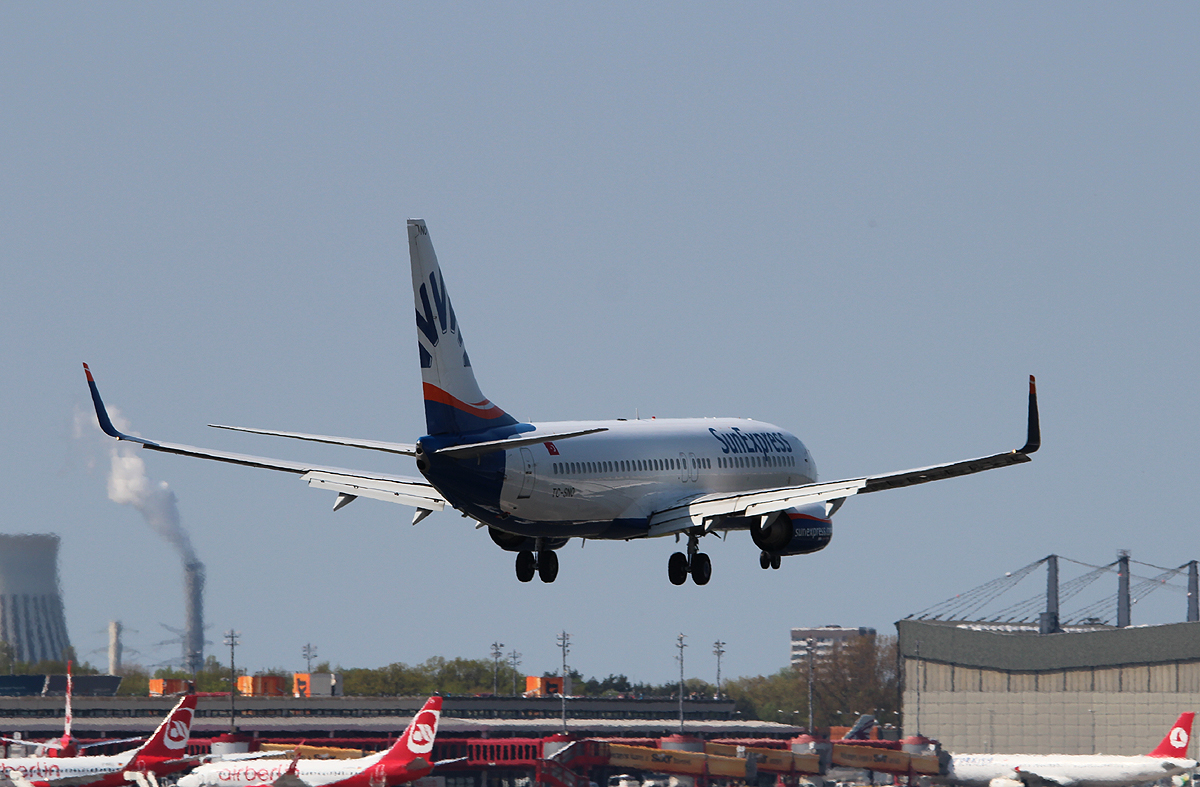 SunExpress B 737-8HC TC-SNO bei der Landung in Berlin-Tegel am 05.05.2013