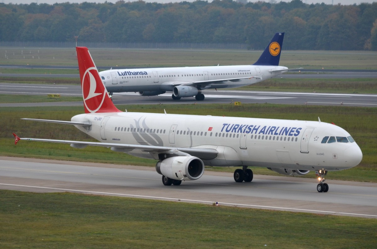 TC-JRO Turkish Airlines Airbus A321-231   zum Gate in Tegel am 14.10.2014