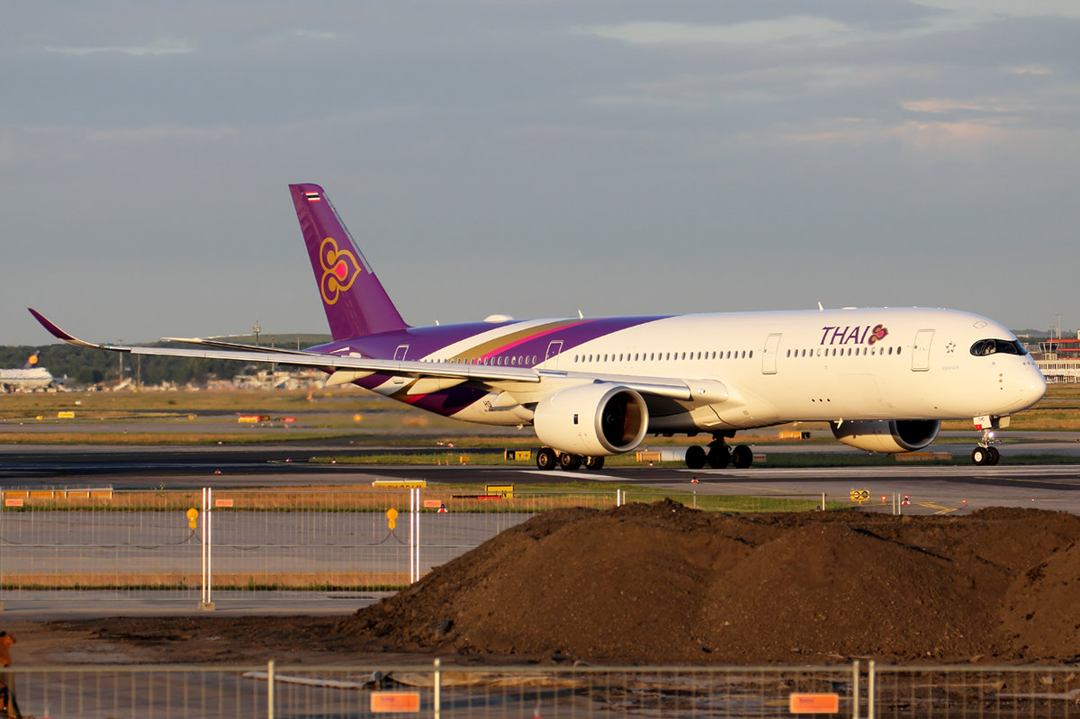 Thai Airways Airbus A350-941 HS-THD rollt zum Start in Frankfurt 7.6.2017