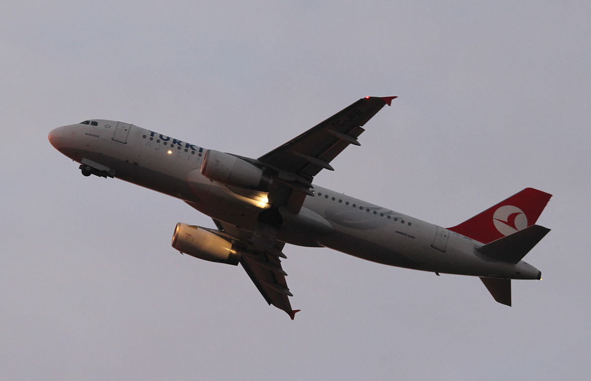 Turkish Airlines A 320-232 TC-JPR beim Start in Berlin-Tegel am frühen Morgen des 19.10.2013