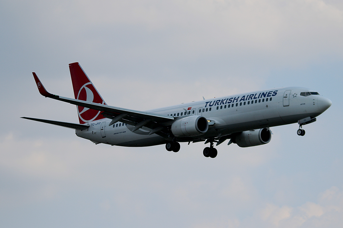 Turkish Airlines B 737-8F2 TC-JFD bei der Landung in Berlin-Tegel am 08.08.2014