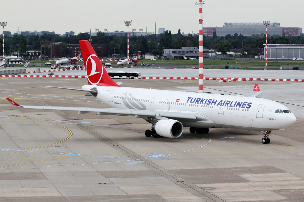 Turkish Airlines TC-JIY rollt zum Start in Düsseldorf 13.9.2015