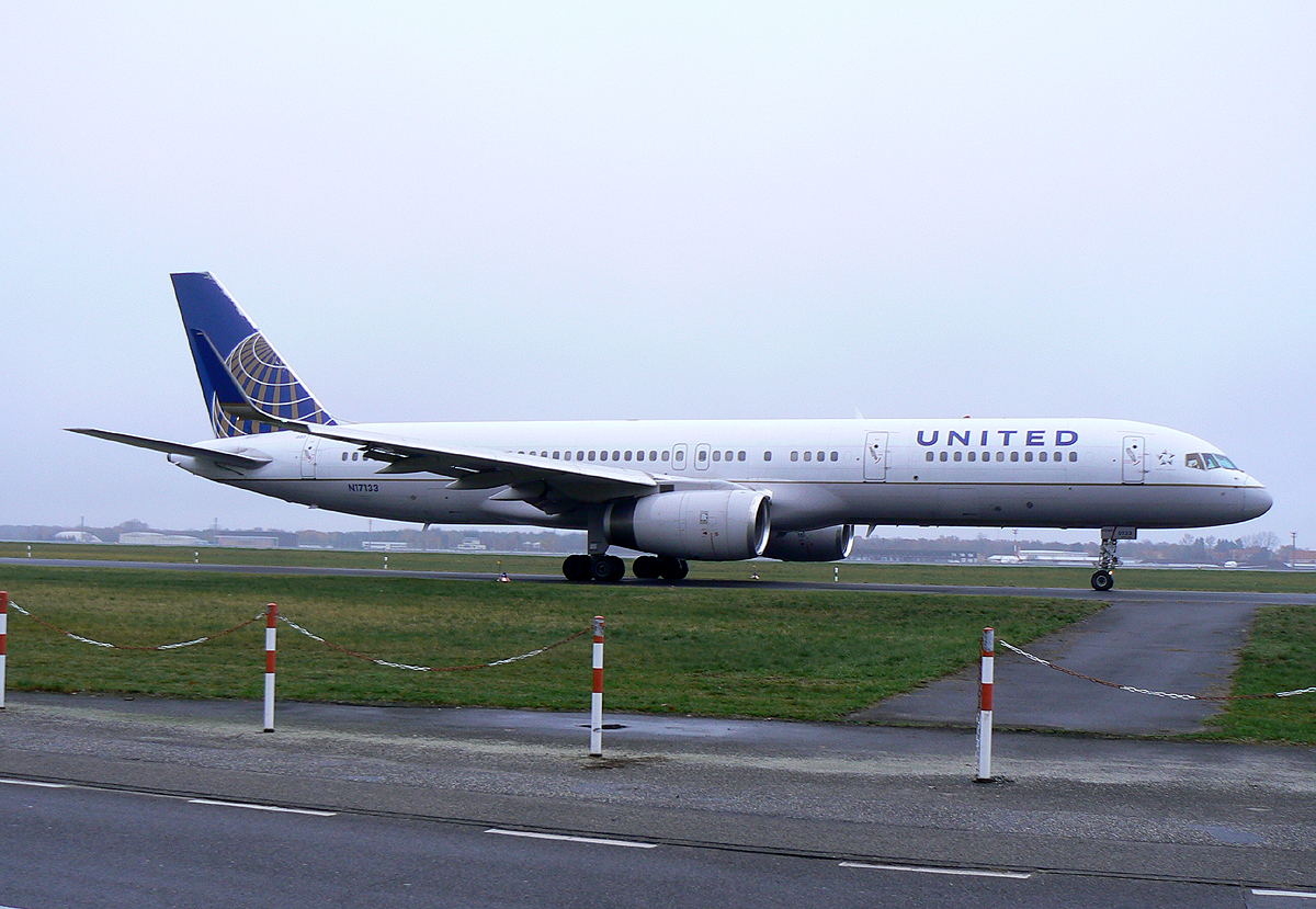 United Airlines B 757-224 N17133 auf dem Weg zum Start in Berlin-Tegel am 24.11.2013