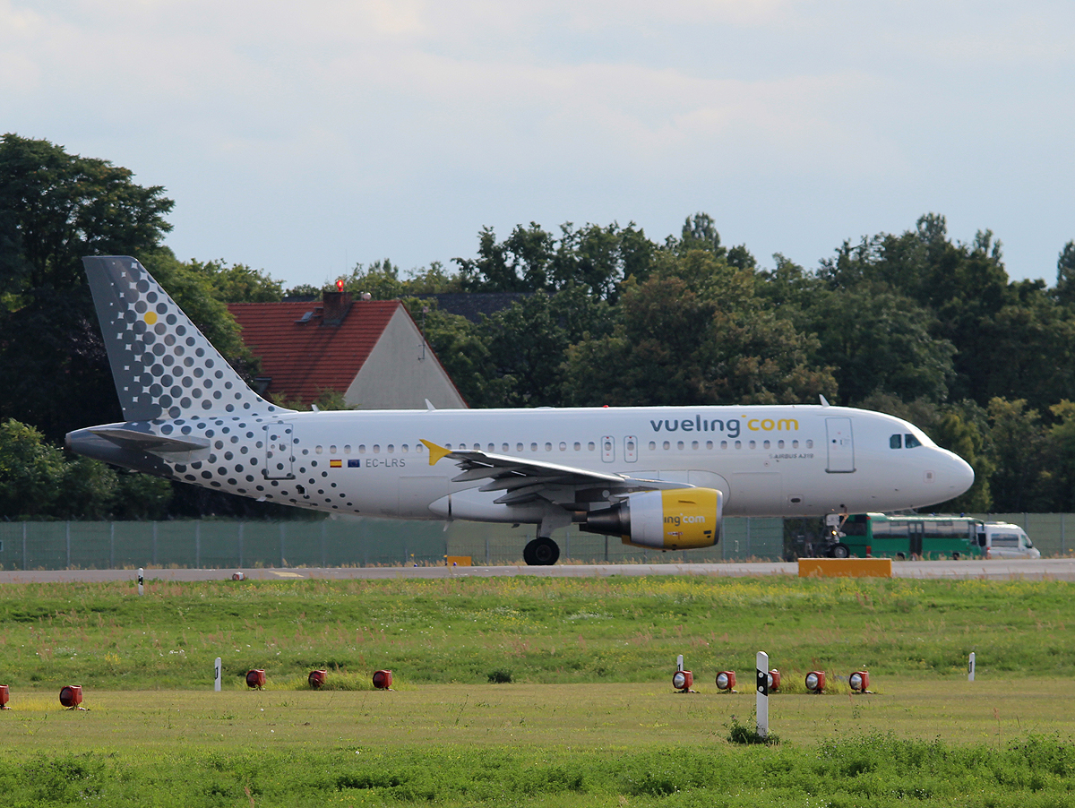 Vueling 319-112 EC-LRS kurz vor dem Start in Berlin-Tegel am 04.09.2013