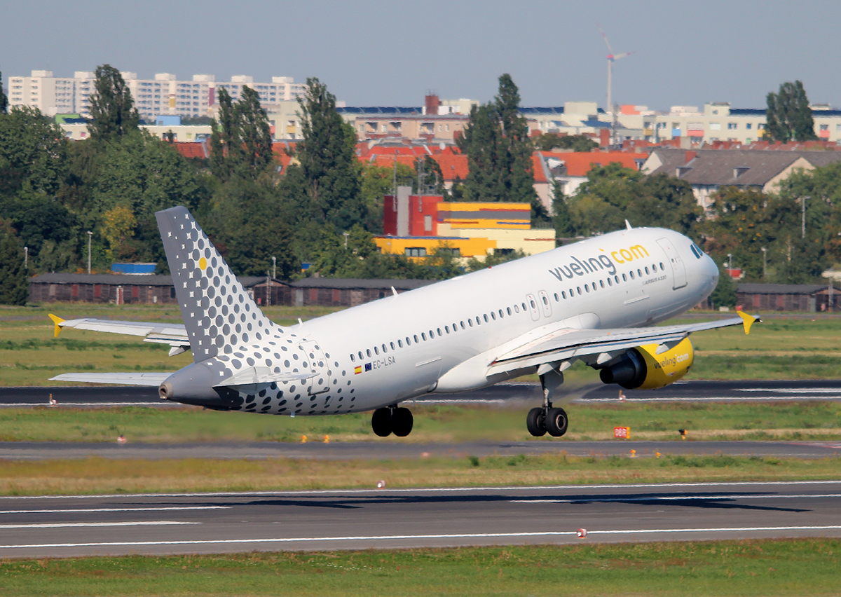 Vueling A 320-211 EC-LSA beim Start in Berlin-Tegel am 06.09.2013