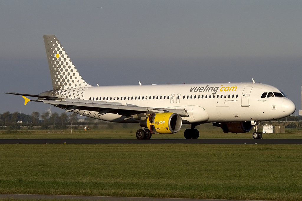 Vueling, EC-KLB, Airbus, A320-214, 06.10.2013, AMS, Amsterdam, Netherlands