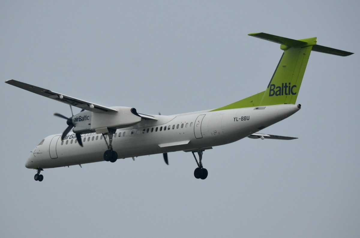 YL-BBU Air Baltic De Havilland Canada DHC-8-402Q Dash 8  am 21.11.2014 beim Anflug auf Tegel