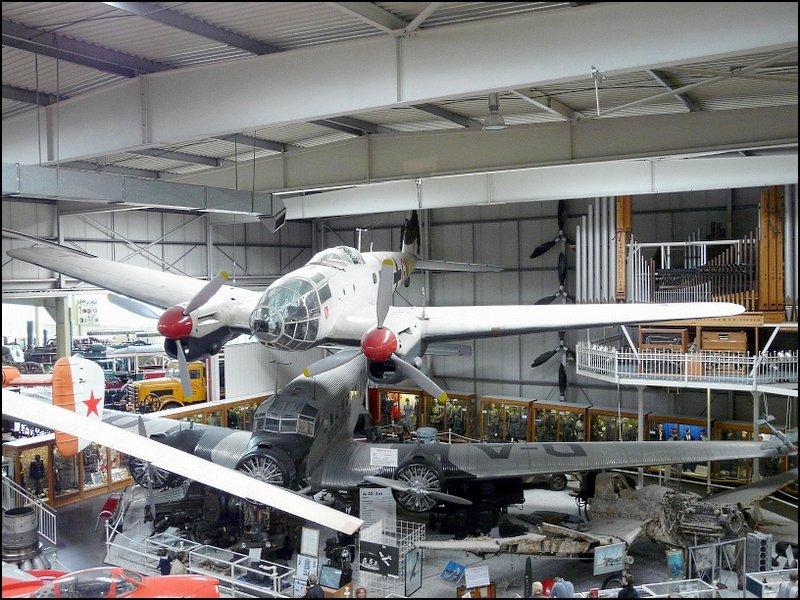 auch in der halle des auto technik museums sinsheim sind flugzeuge ausgestellt oben eine. Black Bedroom Furniture Sets. Home Design Ideas