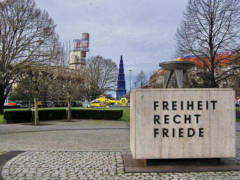 d heur ec 135 christoph 31 bei einem rettungseinsatz auf dem theodor heuss platz in berlin. Black Bedroom Furniture Sets. Home Design Ideas